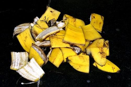 Cắt vỏ chuối thành những miếng nhỏ giúp tăng tốc quá trình phân hủy phân bón