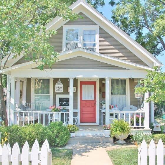 Nhà ở phong cách retro vintage kết hợp chậu hoa trồng trước nhà