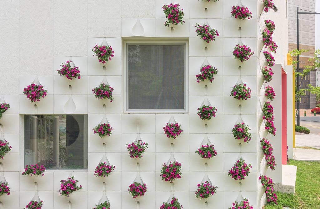 Những mẫu chậu hoa treo tường đẹp và dễ làm 31